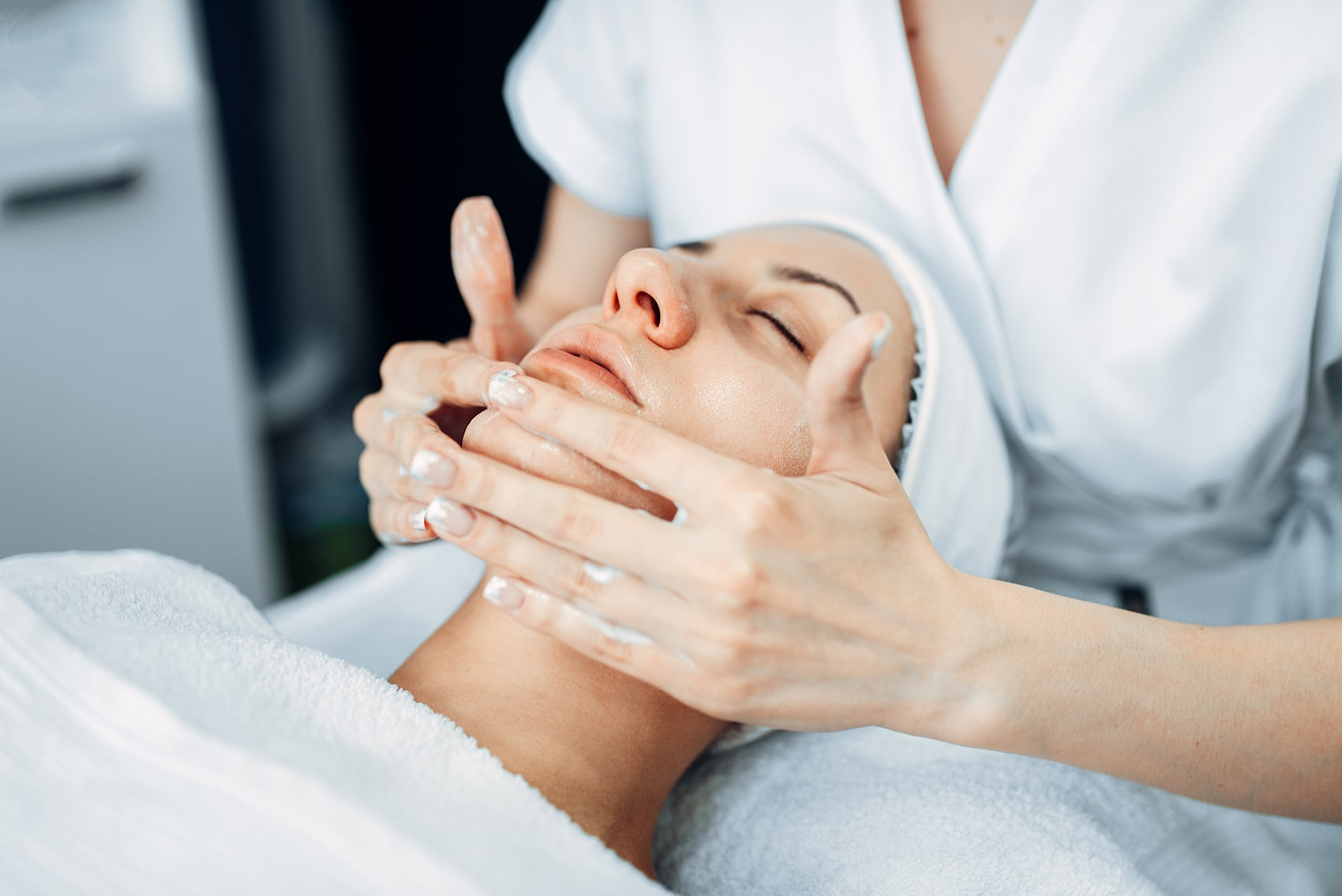 face-massage-to-female-patient-cosmetology-clinic-JX7YEHZ.jpg